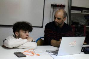 Youn et Antoine travaillent