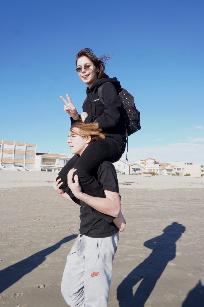 Sara sur les épaules Paul