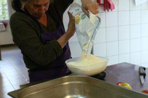 Agnès pèse la farine