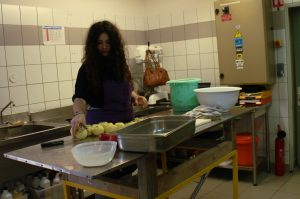 Zeli donne un coup de main en cuisine