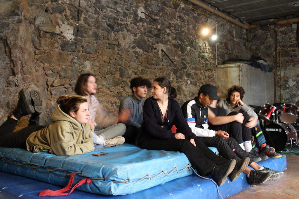 groupe d'élèves en pleine discussion